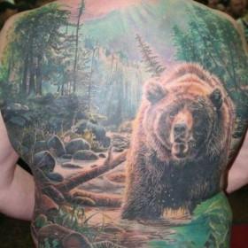 Большая тату на спине парня - медведь в лесу
