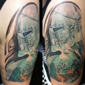 Цветной рисунок рыцаря на плече парня