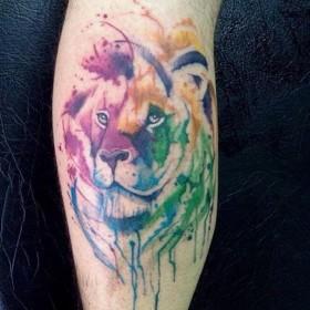Фото цветного тату тигра в стиле абстракция на ноге парня
