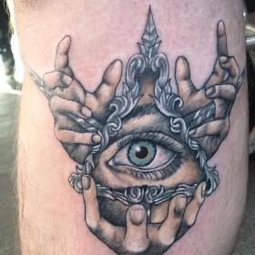 Фото цветного тату всевидящего ока на ноге парня