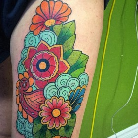 Фото красивой татуировки в стиле хохлома на ноге девушки