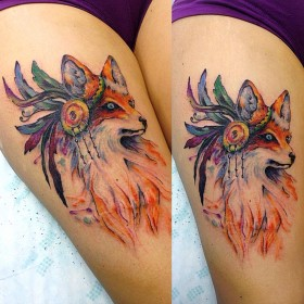Фото крутого тату лисы в стиле акварель на бедре девушки