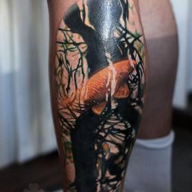 Фото крутого тату в стиле абстракция на ноге парня