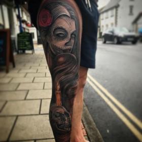 Фото крутой татуировки в готическом стиле на ноге парня