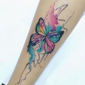 Фото тату бабочки в стиле акварель на предплечье девушки
