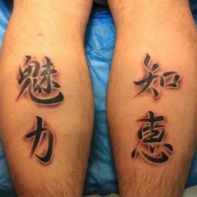 Фото тату иероглифов на голенях парня