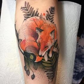Фото тату лисы в стиле акварель на голени парня