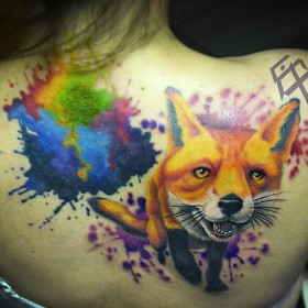 Фото тату лисы в стиле акварель на спине девушки