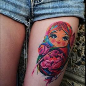 Фото тату в стиле хохлома на ноге девушки