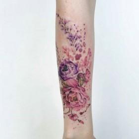 Фото татуировки пионов в стиле акварель на предплечье девушки