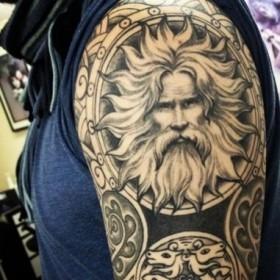 Фото татуировки в языческом стиле на рукаве парня