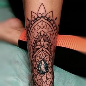 Фото татуировки в стиле хохлома на ноге девушки