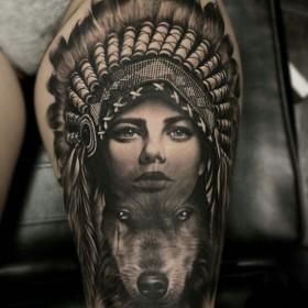 Изображение девушки индейца с волком на бедре женщины