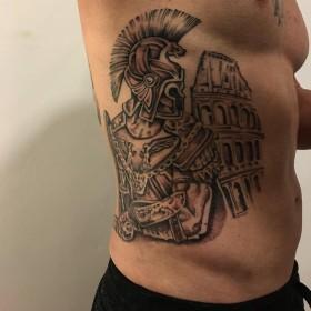 Изображение гладиатора на боку парня