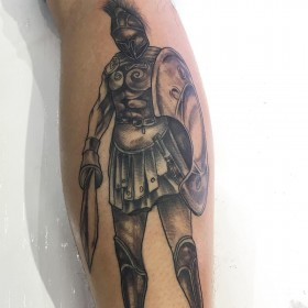 Изображение гладиатора на голени парня