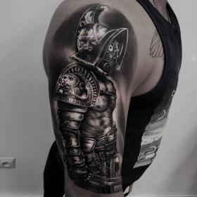 Изображение гладиатора на плече мужчины