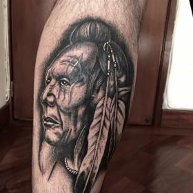 Изображение индейца на голени мужчины