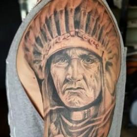 Изображение индейца на плече мужчины