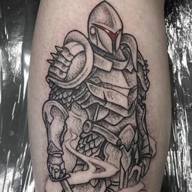 Изображение рыцаря на голени мужчины