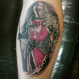 Изображение рыцаря на голени парня