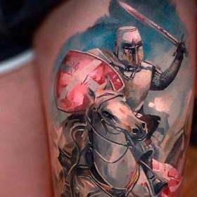 Изображение рыцаря на коне на бедре девушки