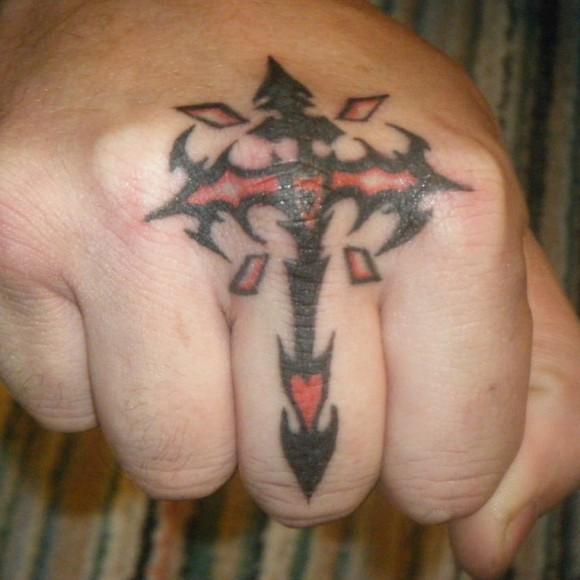 Красивая тату на пальце парня - крест