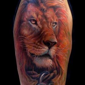Красивая тату на плече парня - лев и замок