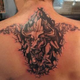 Красивая татушка на спине парня - бык