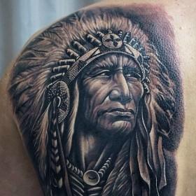 Крутая татуха индейца на лопатке парня
