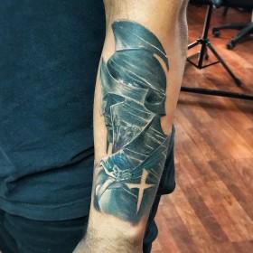 Крутая татуировка рыцаря на предплечье мужчины