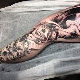 Крутое изображение денег с черепами на ноге парня