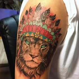 Крутое изображение льва индейца на плече парня