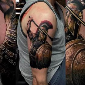 Крутой рисунок гладиатора на плече мужчины