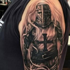 Крутой рисунок рыцаря на плече мужчины