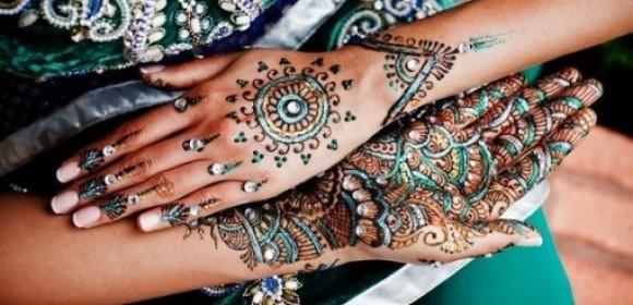 Рисунки цветной хной с украшениями на девушке