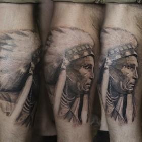 Рисунок индейца на голени мужчины