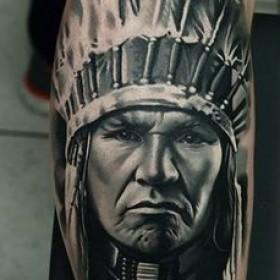 Рисунок индейца на голени парня