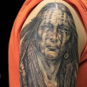 Рисунок индейца на плече парня