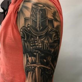 Рисунок рыцаря на плече мужчины