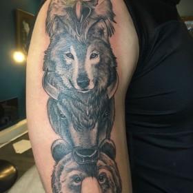 Рисунок тотема животных на плече мужчины