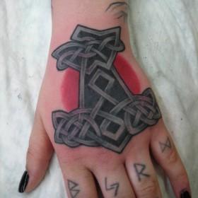 Символ молота Тора на кисти девушки - <u>контуры тату на кисть</u> кельтская тату