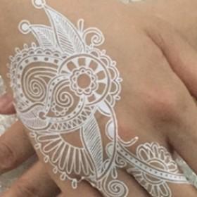Тату белой хной на руке девушки - свадебный узор