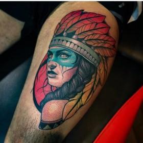 Тату девушки индейца на бедре мужчины