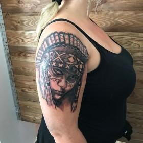 Тату девушки индейца на плече женщины