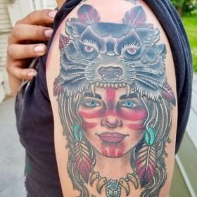 Тату девушки индейца с волком на плече женщины