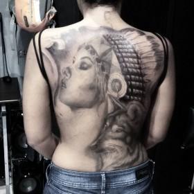 Тату девушки индейца с волком на спине девушки