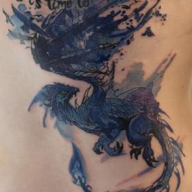 Тату дракона на боку девушки