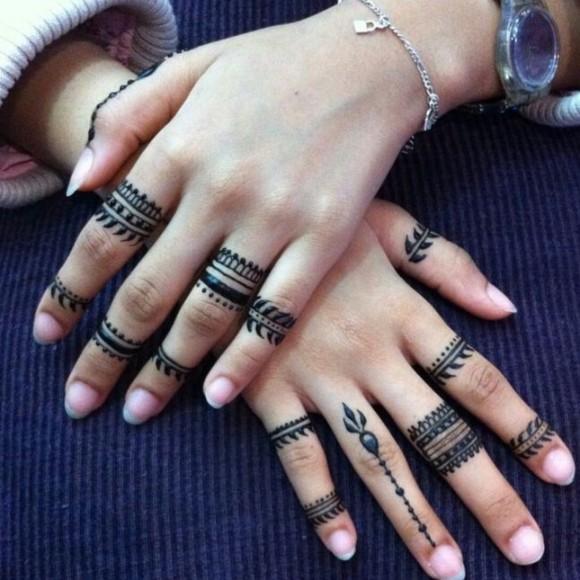 Роспись черной хной на пальцах у девушки - узоры
