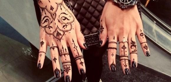 Роспись хной на руках и пальцах девушек