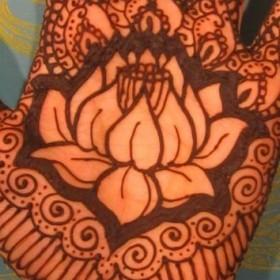 Рисунки хной на руке девушки - лотос